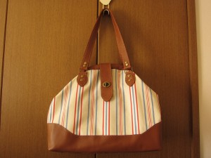 アルミバネ口金のバッグ
